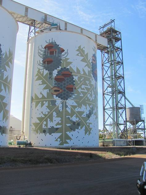 10,000 Birds Bird art on grain silos - 10,000 Birds